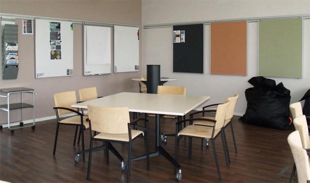 Raumkonzepte Workshopraum flexible Moebel Wandtafeln Wandschienen