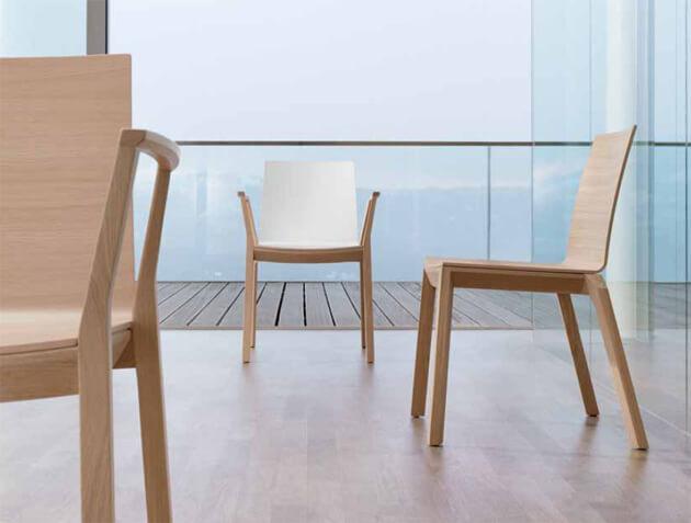 Seminarstühle arta mit Holzgestell