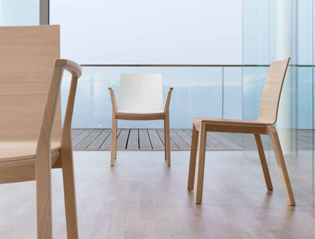 Seminarstuhl mit Holzgestell und Holzsitzschale